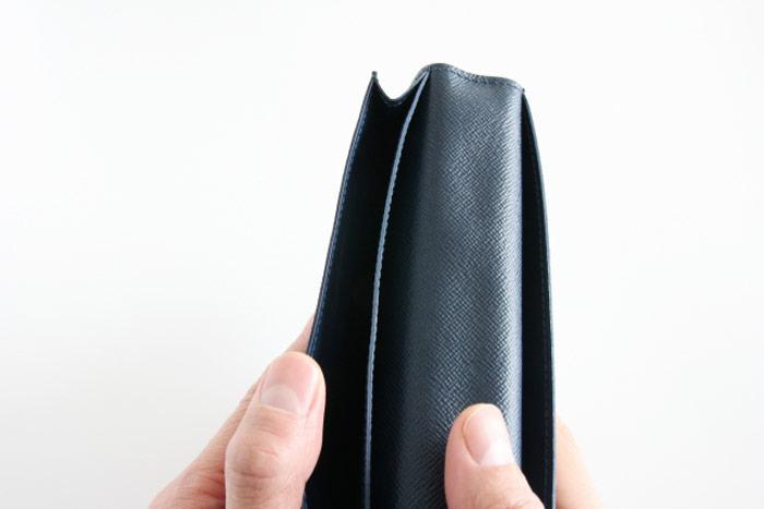 お財布を見ている男子