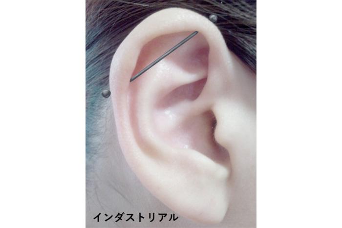 おしゃれなピアスの位置・耳上部のインダストリアル