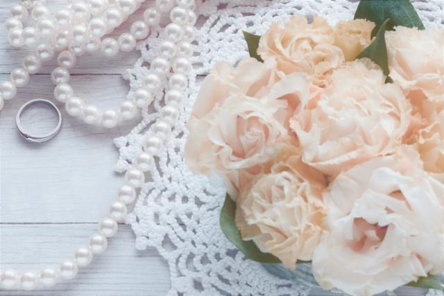 結婚式の招待状 バラとパール